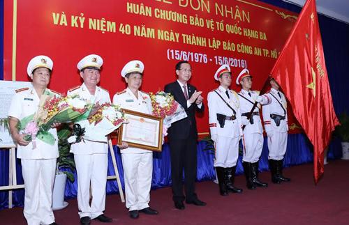 Báo Công An TP HCM nhận huân chương của Chủ tịch nước 1