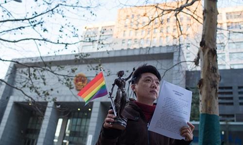 Một người đàn ông đồng tính phản đối các liệu pháp chữa trị của bệnh viện. Ảnh: People Daily.