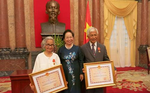 Phó Chủ tịch nước Nguyễn Thị Doan (giữa) chụp ảnh kỷ niệm với Giáo sư Lê Kim Ngọc (trái) và Giáo sư Trần Thanh Vân. Ảnh: VOV