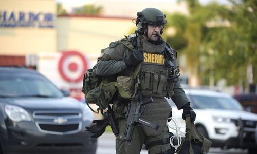 Chờ 3 tiếng mới đột kích diệt kẻ xả súng, cảnh sát Mỹ gây tranh cãi 1