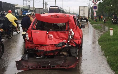 Ba người kêu cứu trong ôtô bị húc văng 10 m 1