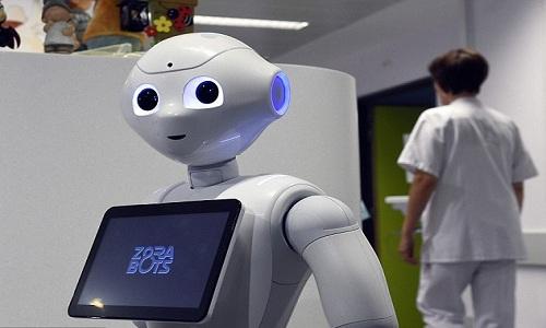 robot-tiep-don-benh-nhan-biet-20-thu-tieng