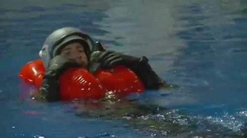 Phi công chiến đấu làm gì để sống sót khi nhảy dù xuống biển 1