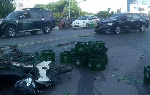 Ôtô đâm hàng loạt xe máy trên cầu vượt Nguyễn Chí Thanh 1