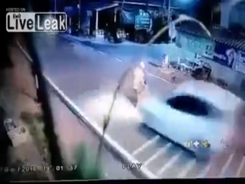 Em bé bị ôtô hất văng vì sơ sẩy của người lớn 1