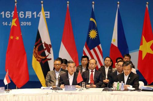 Ngoại trưởng Trung Quốc Vương Nghị và các ngoại trưởng ASEAN tại hội nghị. Ảnh:AFP