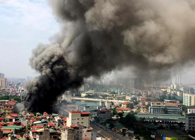 Cháy lớn thiêu rụi kho hàng 4.000 m2 ở Hà Nội