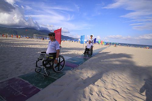 Lần đầu tiên Đà Nẵng có lối xuống biển cho người khuyết tật 1