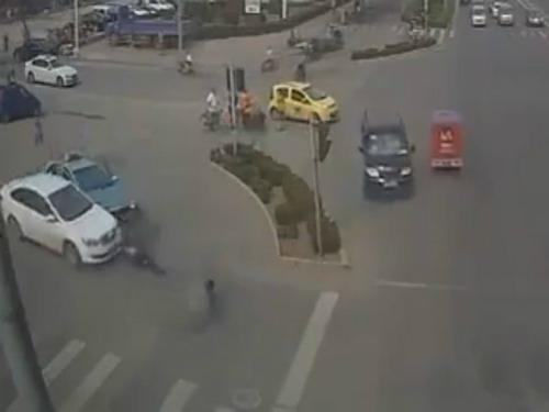 Ôtô điên cuồng trả thù đối thủ giữa phố 1