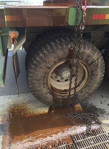 Cảnh sát đổ cát dọn vết dầu loang trên đường 2
