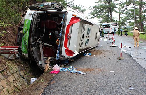 Hai ôtô khách đâm nhau ở đèo Prenn, 7 người chết 1