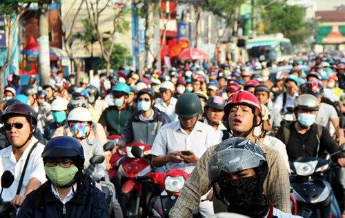 Xe container tông sập tường, đường Sài Gòn kẹt cứng 3