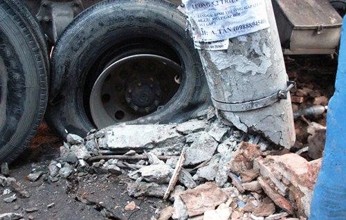 Xe container tông sập tường, đường Sài Gòn kẹt cứng 2