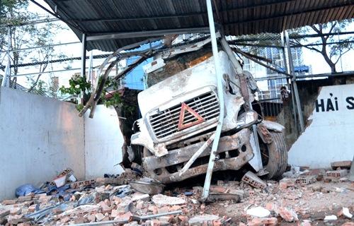 Xe container tông sập tường, đường Sài Gòn kẹt cứng 1