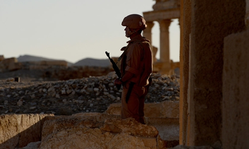 File Photo: Russian army soldiers patrol the ancient Syrian city of Palmyra on May 5, 2016 © Vasily Maximov / một hãng tin quốc tế