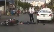 Cô gái đi xe máy ngã đập đầu vào ôtô nằm bất tỉnh