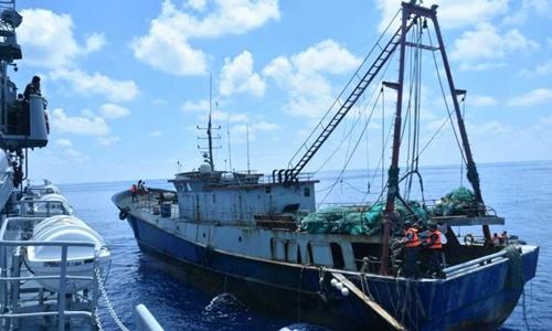 Tàu cá Trung Quốc  bị hải quân Indonesia bắn cảnh cáo và bắt giữ vì đánh cá trái phép trong vùng biển Indonesia. Ảnh: Straits Times.