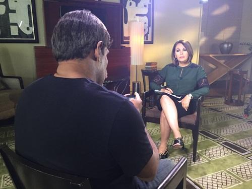 Miguel ngồi nói chuyện với biên tập viên của Univision. Ảnh: Univision