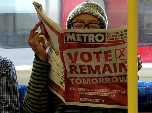 Một tờ báo với quảng cáo kêu gọi bỏ phiếu cho Anh ở lại Liên minh châu Âu. Ảnh: Reuters.