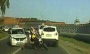 Tay lái xe máy rước họa vì nhờn mặt với cảnh sát