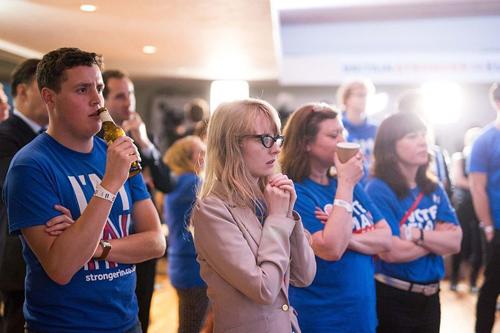 Nhiều người Anh sững sờ trước kết quả của cuộc trưng cầu dân ý về việc rời khỏi EU. Ảnh: AFP