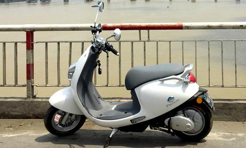 Xe máy điện lạ mắt giá 19 triệu tại Việt Nam