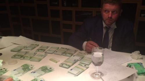 Ông Belykh bên những xấp tiền 100 euro.