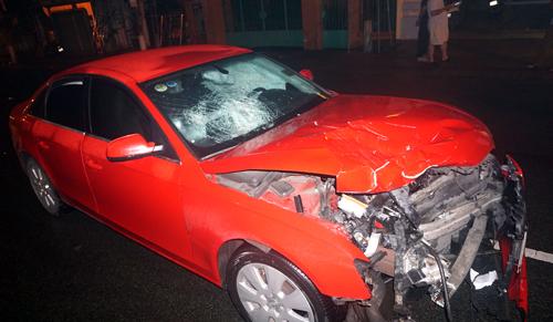 chiếc Audi A4 bị biến dạng phần đầu, capô bị uốn co cụm sau cú va chạm. Ảnh: Nguyệt Triều