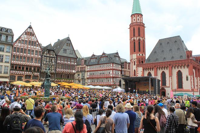 Lễ hội văn hóa đường phố diễn ra tại thành phố Frankfurt hôm 25/6.  Hàng chục nghìn người đã hội tụ tại Quảng trường Romerberg của thành phố để tham dự sự kiện này.