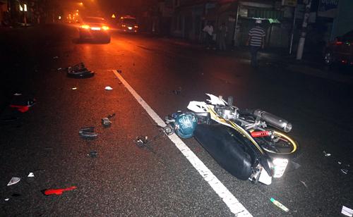Xe máy và nạn nhân bị hất văng 10 m. Ả