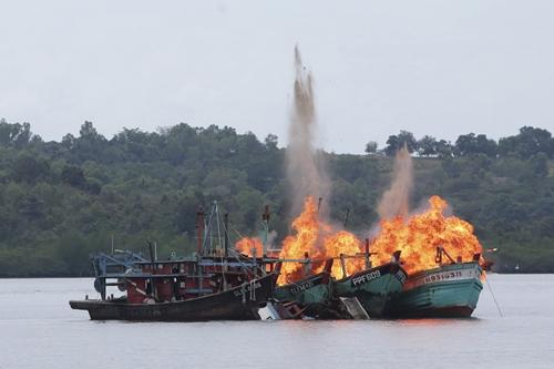 Các tàu cá Việt Nam và Malaysia bị Indonesia đánh chìm ngày 5/4. Ảnh: Reuters.