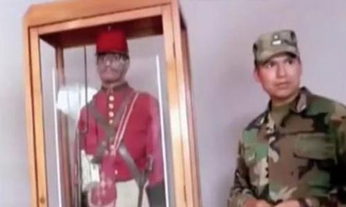 Lính canh hình nộm bị cắt cụt bàn tay trái và nhốt trong khung kính. Ảnh: Mirror.