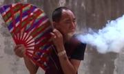 Võ sư Trung Quốc tạo ra lửa bằng cách ngậm mùn cưa trong miệng