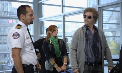 Người đàn ông toát mồ hôi khi kiểm tra an ninh tại sân bay - kiểm tra an ninh, an ninh tại sân bay