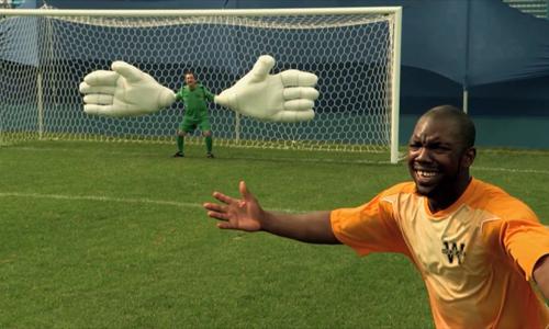 Chàng tiền đạo méo mặt vì thủ môn có đôi găng tay khổng lồ - tiền đạo méo mặt