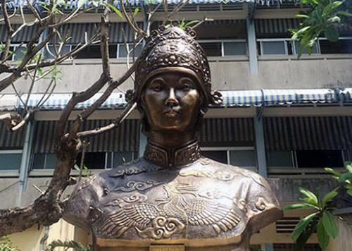 chuyen-ve-vung-dat-san-sinh-hoang-hau-de-nhat-phu-nhan-o-troi-nam