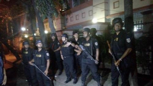 Cảnh sát lập hàng rào quanh khu Gulshan, thủ đô Dhaka sau khi có báo cáo về vụ nổ súng. Ảnh: Twitter