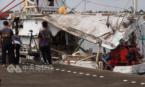 Tên lửa xuyên qua một tàu cá Đài Loan khiến thuyền trưởng tử nạn, một người Việt Nam bị thương. Ảnh: CNA.