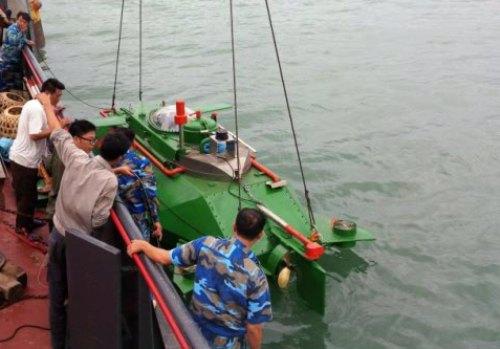 Tàu ngầm Hoàng Sa do chính cha đẻ Nguyễn Quốc Hòa điều khiển hạ thủy trên vùng biển Đông Bắc của tổ quốc chạy thử nghiệm vào sáng nay, 3/7. Ảnh: GC.