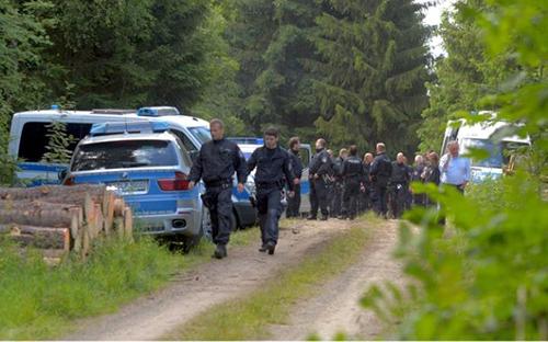 Cảnh sát tại khu rừng nơi thi hài củaPeggy Knobloch