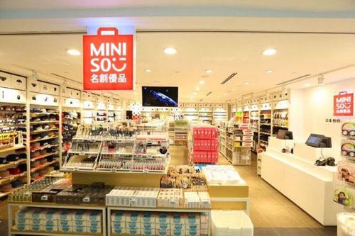 Miniso là thương hiệu bản lẻ hàng tiêu dùng ứng dụng thời trang của Nhật Bản sẽ vào thị trường Việt Nam bằng hình thức nhượng quyền thương hiệu bởi tập đoàn Lê Bảo Minh.
