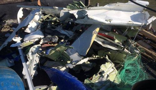 Ngư dân vớt được ví tiền và nhiều mảnh vỡ nghi của máy bay CASA - ảnh 2