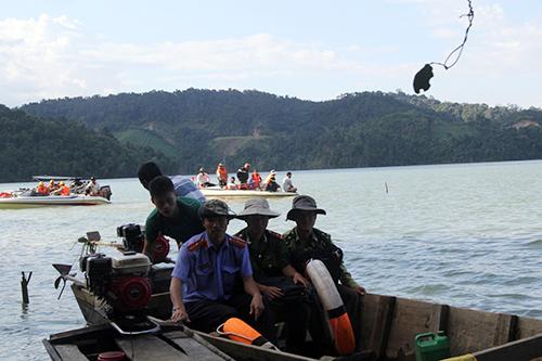 lòng hồ Nhà máy thủy điện Đồng Nai 5, nơi lâm tặc tập kết gỗ bị cảnh sát khống chế. Ảnh: Hoài Thanh