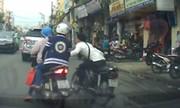 Tên cướp giật phăng túi xách của 2 phụ nữ giữa Sài Gòn đông người