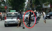 Tài xế taxi dùng tuýp sắt đuổi đánh thanh niên đi xe máy