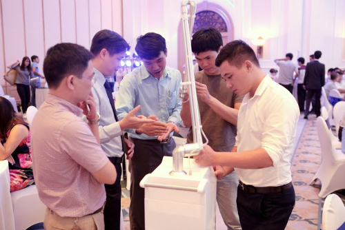 Thiết bị chiếutia Plasma lạnh được nhóm nghiên cứ củaTiến sĩ Đỗ Hoàng Tùng giới thiệu tại Hà Nội ngày 13/7.
