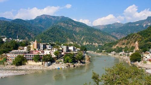 Nước thánh Gangajal được đóng chai tại hai địa điểm dọc con sông là thượng nguồn của nó ở Gangotri và thị trấn hành hương nổi tiếng Rishikesh.
