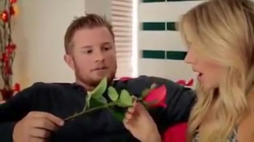 Chàng trai hoang mang khi thấy bạn gái định ăn hoa hồng - chàng trai hoang mang, bạn gái ăn hoa hồng