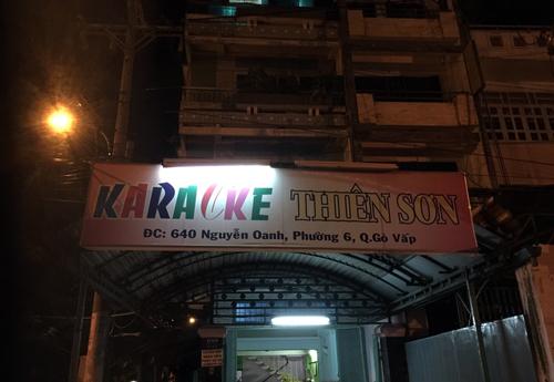 nu-tiep-vien-mac-bikini-phuc-vu-khach-karaoke-o-sai-gon