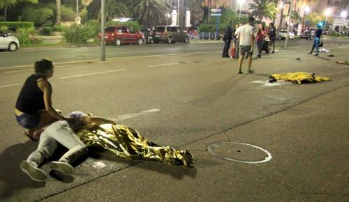 Người bị thương và thiệt mạng nằm la liệt sau vụ đâm xe tải vào đám đông ở Nice. Ảnh: Reuters
